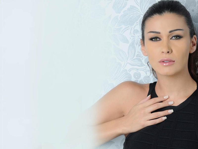 """بالفيديو :الفنانة اللبنانية نادين الراسي تتعرض للضرب المبرح على يد ابنها """"مارك"""""""