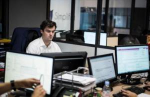 دراسة : الابتعاد عن مديرك في العمل يحسن آداءك