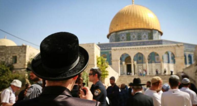 العشرات من قطعان المستوطنين يتقدمهم وزير الإسكان الصهيوني يقتحمون المسجد الأقصى