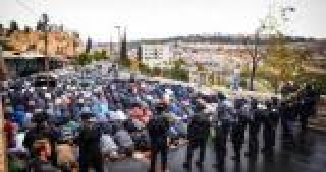 قمع وملاحقة واصرار على الصلاة في شوارع القدس