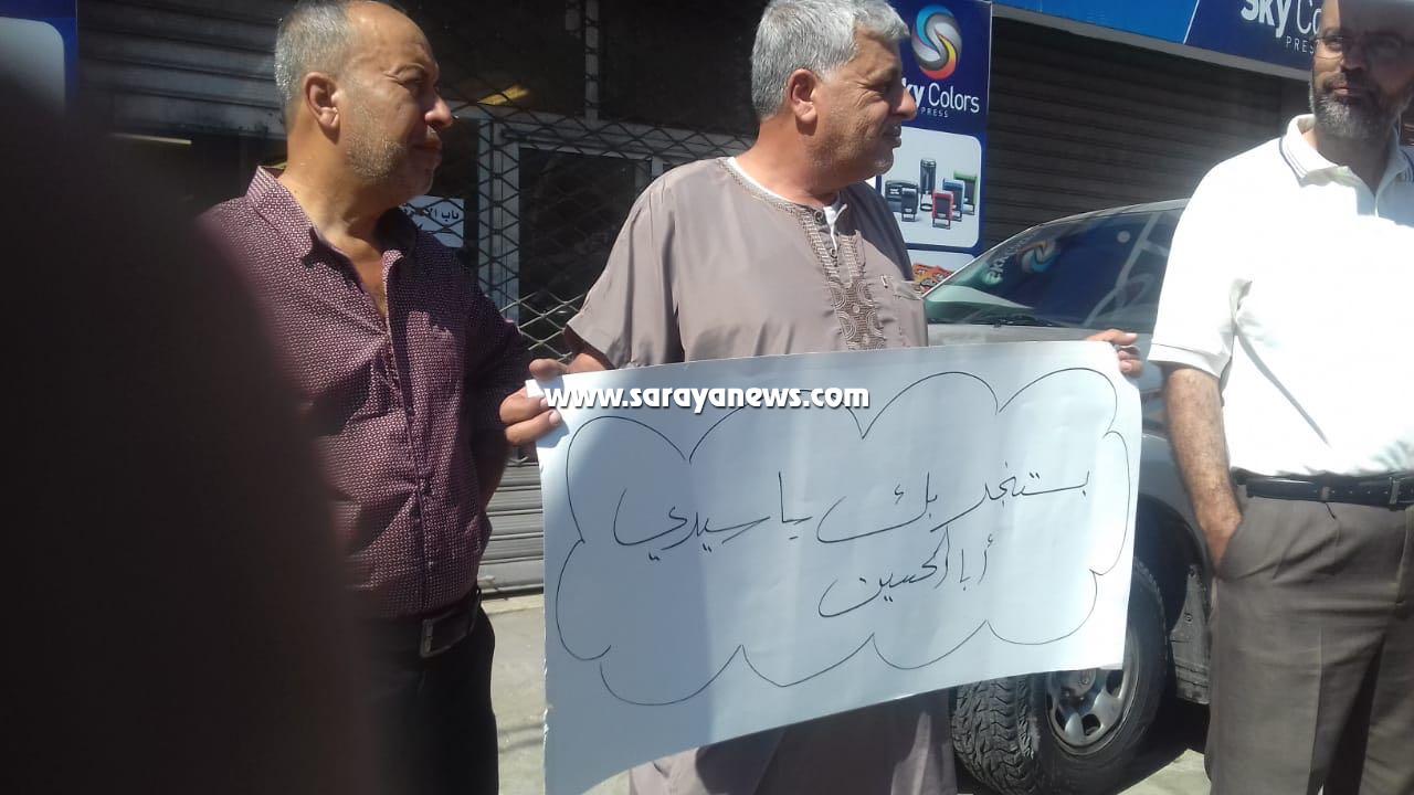 بالصور  ..  أهالي حي عدن في جبل النصر يعتصمون امام الديوان الملكي