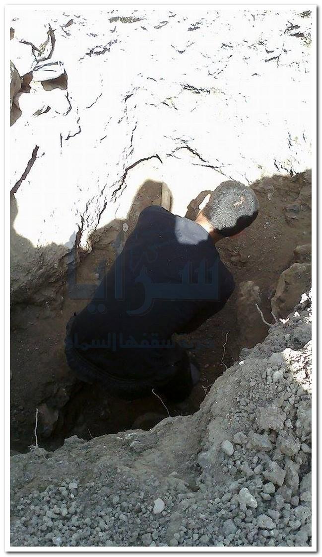 """بالصور ..""""سرايا """" ترصد مشاهد من درعا .. البحث عن الدفائن و حفر القبور مهنة تنشط بالحروب طلبا للرزق"""