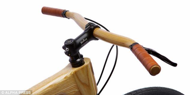 بالصور ..  دراجة مصنوعة من الخشب وغير قابلة للصدأ