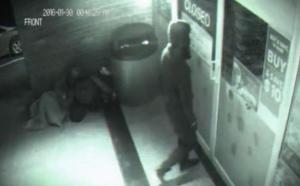 بالفيديو.. كاميرا محل تجاري تسجل دخول رجل شبح اخترق الباب!
