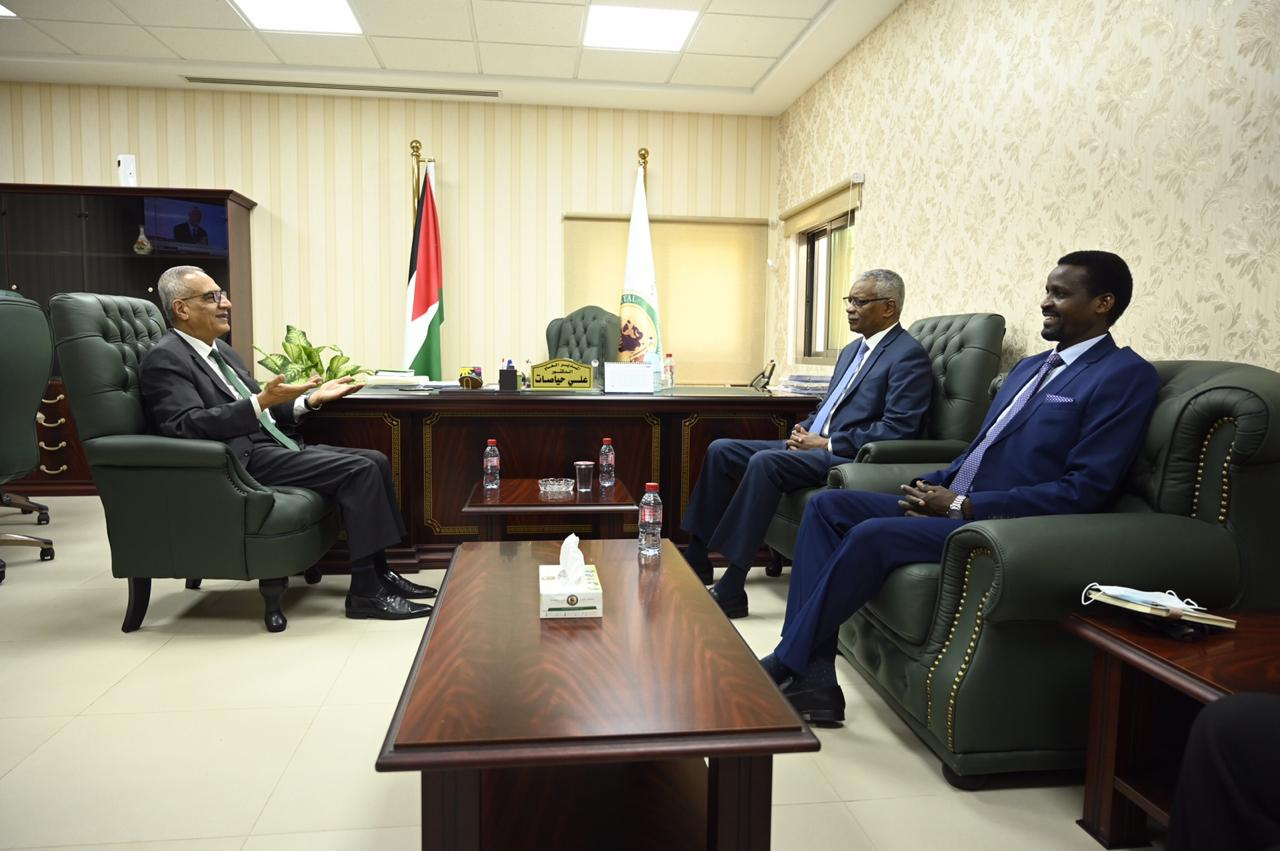 بالصور  ..  السفير السوداني في زيارة  لمستشفى الكندي