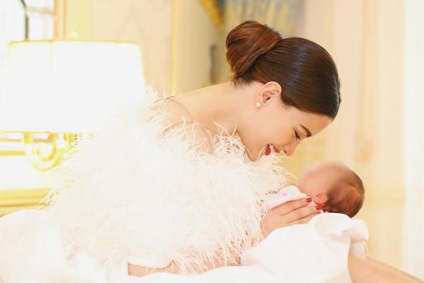 روان بن حسين تنشر صوراً من طفولتها .. هل تشبهها ابنتها لونا؟