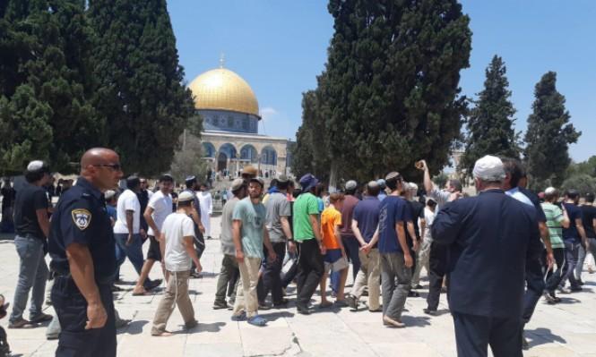 بالفيديو  ..  قوات الاحتلال تحاصر مصلين لتأمين اقتحام مستوطنين إلى الأقصى