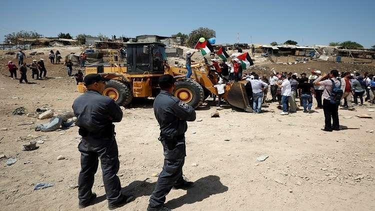 فلسطينيون يتوافدون  على الخان الأحمر