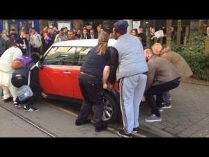 بالفيديو.. سائقة غبية توقف سيارتها على سكة ترام