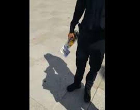 بالفيديو  ..  ضابط من جيش الاحتلال يدخل زجاجة خمر للأقصى