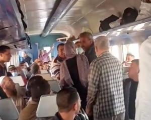 """بالفيديو  ..  مشاجرة عنيفة بين سيدة و """"بائع تذاكر"""" داخل قطار في مصر"""