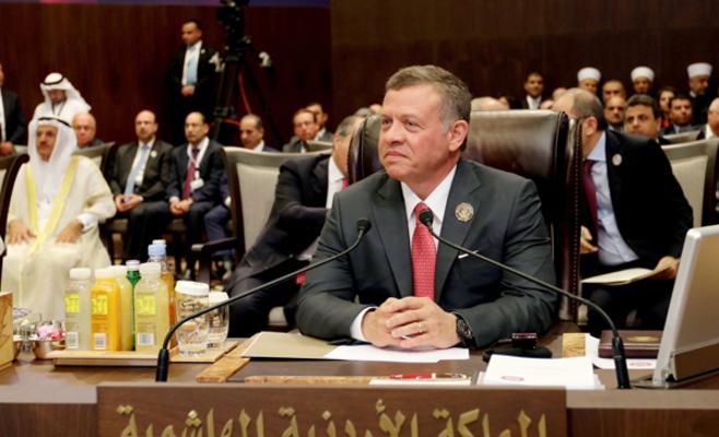 من رافق الملك خلال القمة العربية ؟