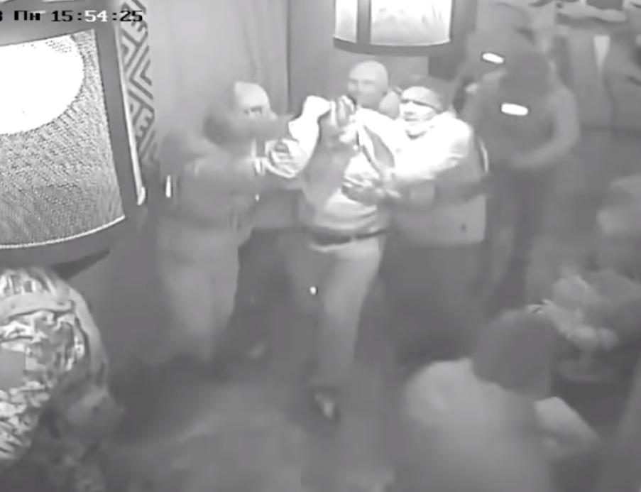"""فيديو """"مسرب"""" يوثق اعتقال رئيس دولة سابق بطريقة مهينة"""
