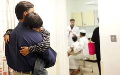 الموظف المقيم في دبي ملزم بالتأمين الصحي لزوجته وأبنائه