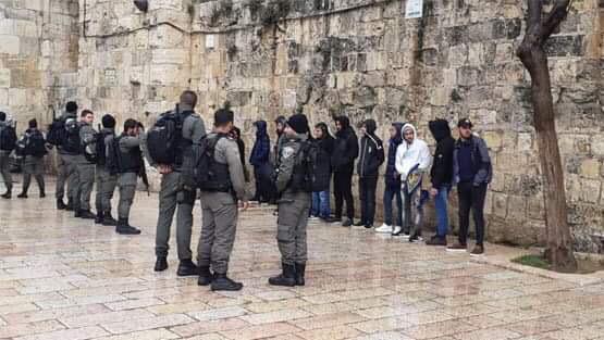 الاحتلال يحتجز 15 فلسطينيا بعد إخراجهم من محيط مصلى باب الرحمة