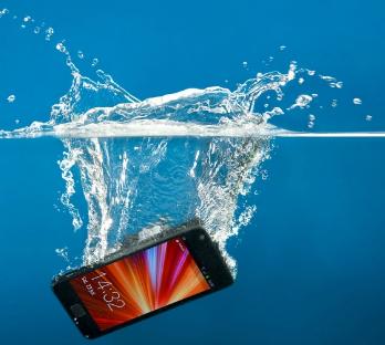 كيف تصلح هاتفك إذا تضرر بسبب الماء؟ الأرز لن يساعدك!