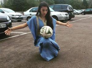 بالفيديو ..  فتاة جزائرية تخطف الأنظار من النجم بوفون بمهاراتها الكروية