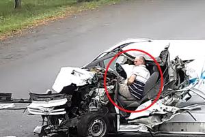 بالفيديو  ..  بلمح البصر  ..  غفا السائق خلف المقود فكانت الكارثة!