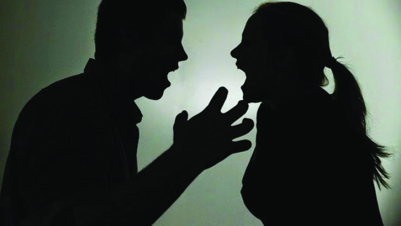 زوجة طالبت المحكمة بطلاق زوجها لعدم الاستحمام فحاول قتلها