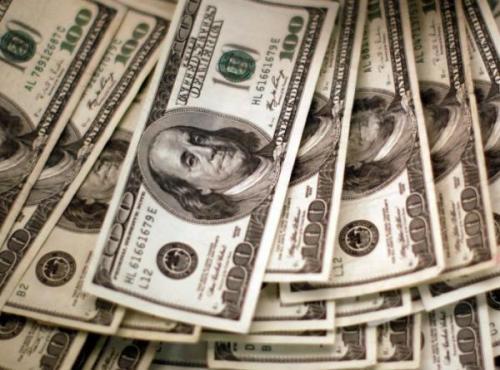 الدولار قرب أدنى مستوى في شهر