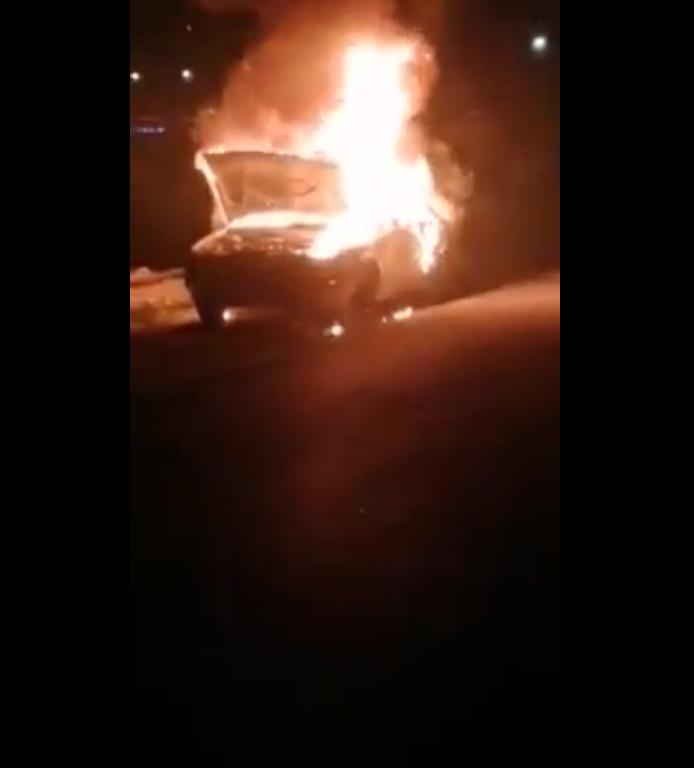 بالفيديو ..  الأمن يحقق في ملابسات احتراق مركبة على طريق البحر الميت