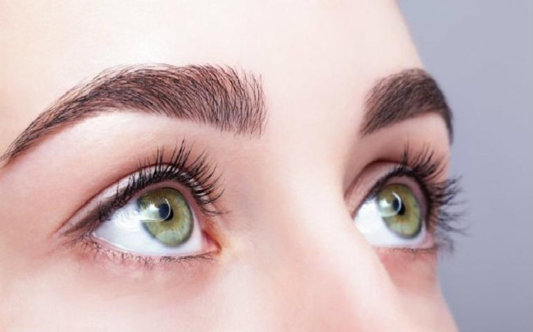الإفتاء توضح الحكم الشرعي لعدسات العيون الملونة للفتيات