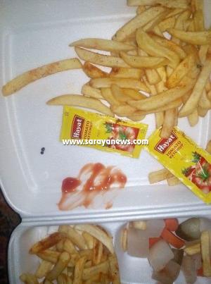 """مواطنون يشتكون من وجود """"صراصير """"داخل وجبة شاورما في البادية الشرقية  .. صور"""