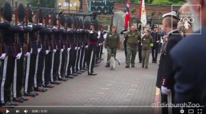 """بالفيديو .. اسكتلندا ﺗﺮﻗﻴﺔ """"ﺑﻄﺮﻳﻖ""""  ﺇﻟﻰ ﺭﺗﺒﺔ ﺭﻓﻴﻌﺔ ﻓﻲ الجيش بحديقة ﺣﻴﻮﺍﻧﺎﺕ"""