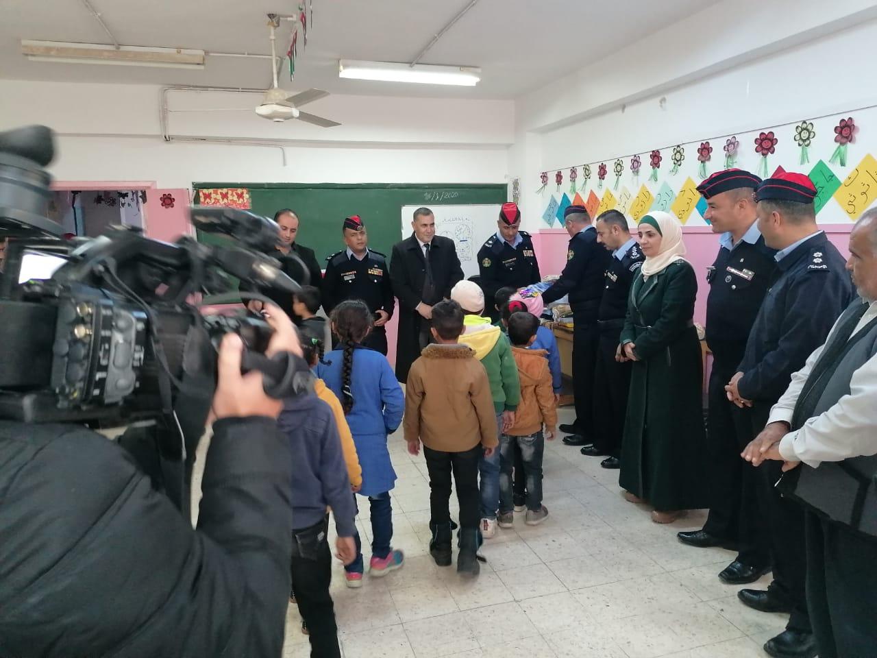 """بالصور ..  الأغوار الشمالية : الأمن العام يطلق مبادرة """"طلابنا عماد نهضتنا"""""""