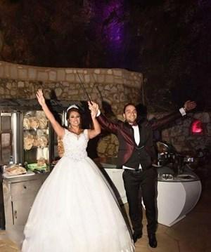 بالصور...عريس يترك الزفة ليٌحقق حلم عروسه بتناول الشاورما