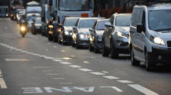 لماذا يقود الإنجليز سياراتهم من اليمين ويسيرون على يسار الطريق