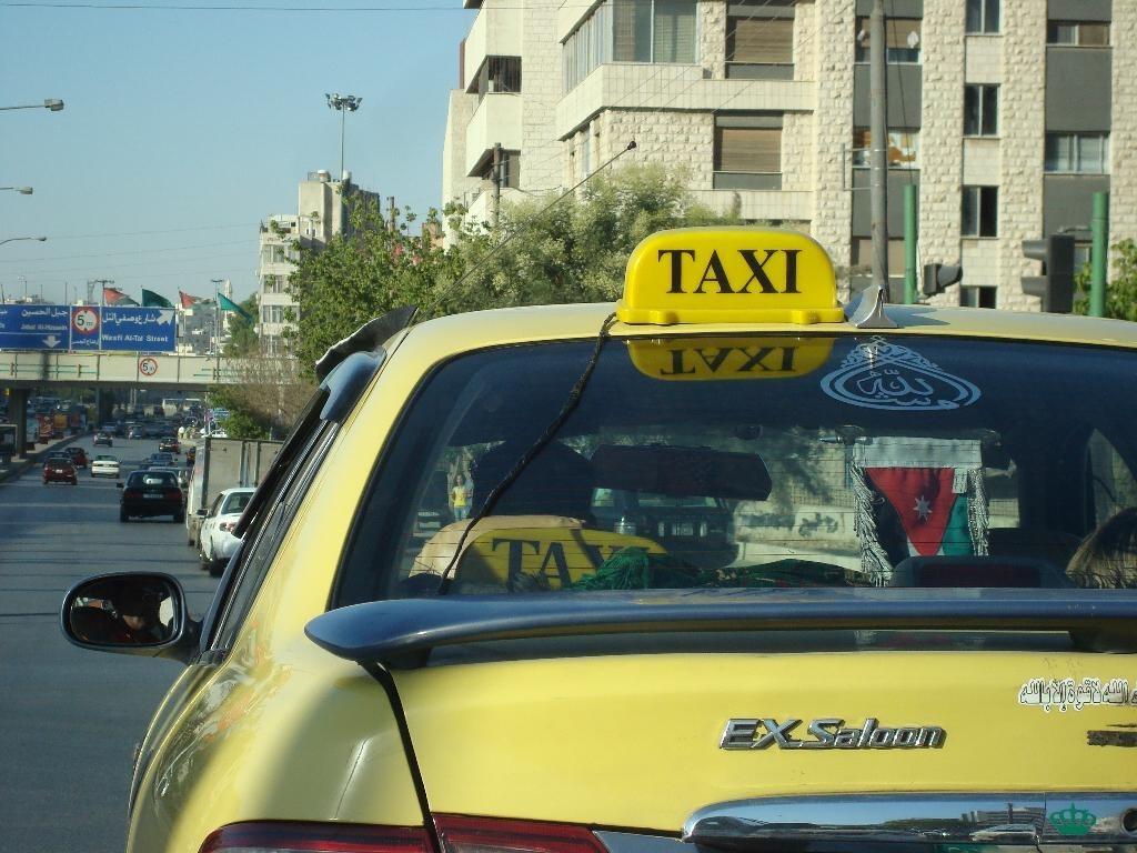 """""""سوء القيافة والهندام"""" تجاوزات يمارسها بعض سائقي التكسي وإدارة السير لـ """"سرايا"""" سنطبق القانون"""