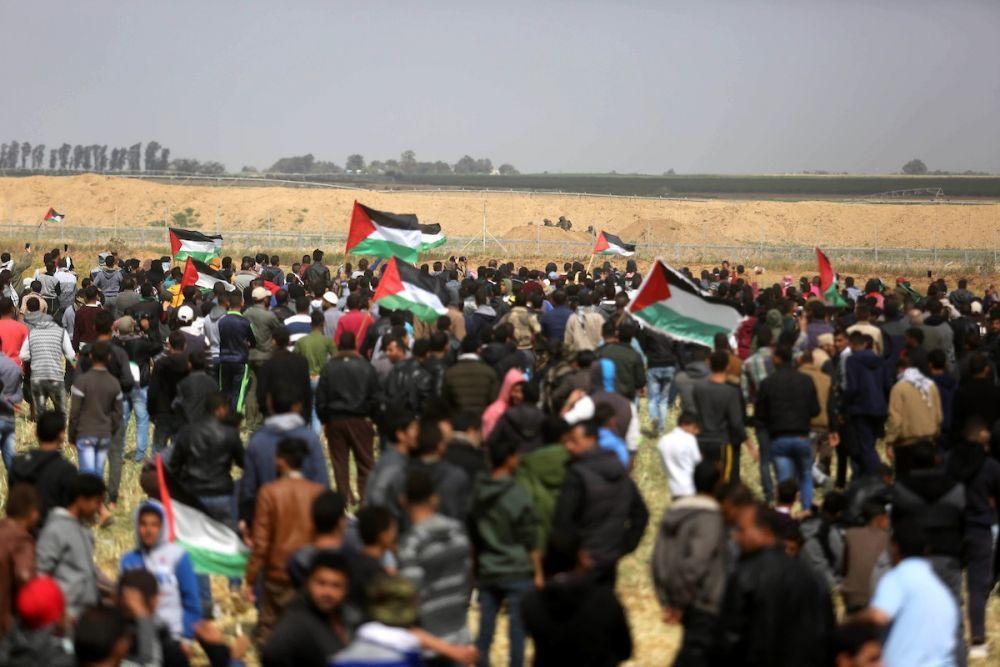 الفلسطينيون يواصلون المشاركة في مسيرات العودة