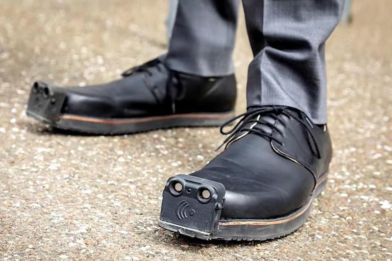 حذاء ذكي يساعد المكفوفين في تجنّب العقبات