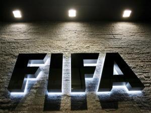 الفيفا للاتحادات: عاقبوا من يبصق داخل الملعب