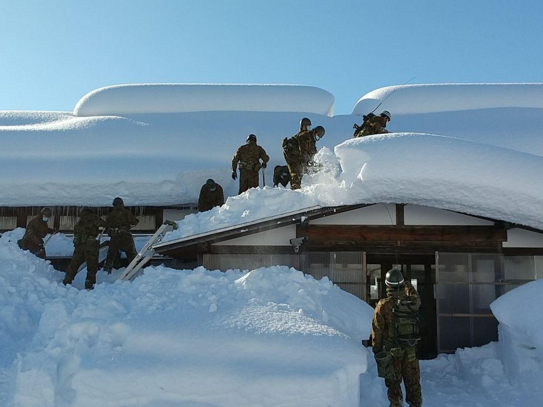 عاصفة ثلجية شديدة تضرب اليابان وتعطل حركة النقل