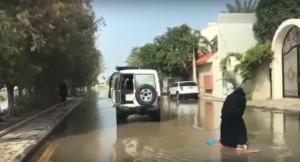 بالفيديو  :فتاة تستغل سيول جدة لممارسة هوايتها !