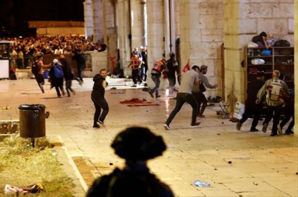 الاحتلال يعتدي على المصلين قرب بابي حطة والاسباط بالقدس المحتلة