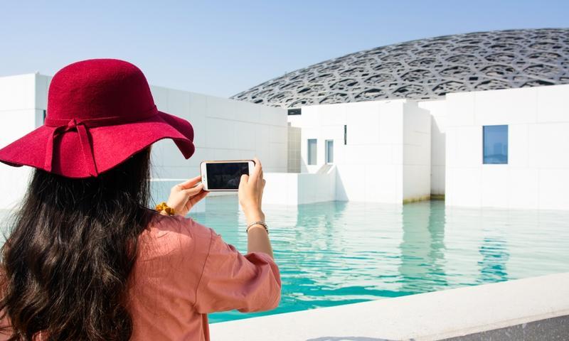 اللوفر أبوظبي يجمع بين السياحة والثقافة
