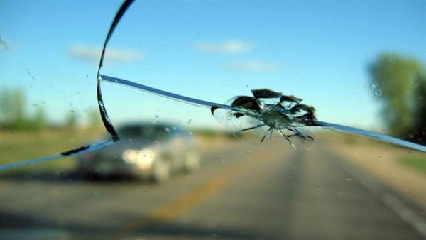 طرق إصلاح زجاج السيارة المشروخ