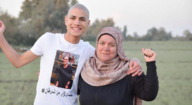 """رسالة مؤثرة تشعل مواقع التواصل  .. مصري مصاب بالسرطان لوالدته : """"ادفنيني بالنهار بخاف من الليل"""""""