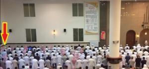 فيديو تقشعر له الأبدان.. هكذا توفي شخص أثناء صلاته في المسجد