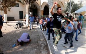آلاف الفلسطينيين يدخلون الأقصى لأول مرة منذ أسبوعين