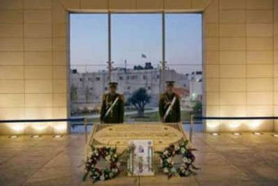 """ما قصة """"كشّاف"""" قبر الشهيد ياسر عرفات ؟"""