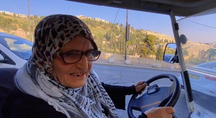 """بالفيديو ..  شاهد مسنة فلسطينية تتنقل بين المسجد الأقصى وبيتها بـ """"توك توك"""""""