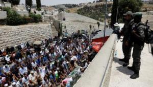 آلاف الفلسطينيين يتوافدون نحو المسجد الاقصى وسط توترات و تعزيزات امنية كثيفة لقوات الاحتلال