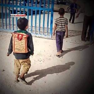 بالصورة طفل يمني يكمل تعليمه بـ كيس أرز!