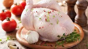 لهذا السبب الخطير ..  احذر أن تغسل الدجاج النيء قبل الطهي