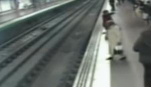 بالفيديو  .. هندى ينجو بأعجوبة من الموت تحت عجلات القطار