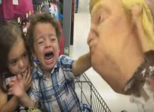بالفيديو.. ماذا فعل هذا الطفل عندما رأى قناعين لترامب وكلينتون